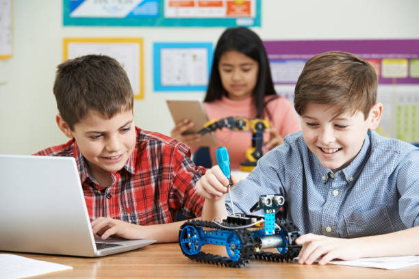 pupils in science lesson studying robotics - 理科の授業 ストックフォトと画像