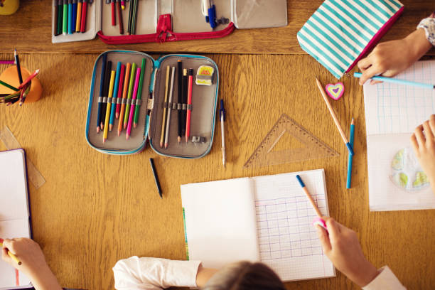 schüler-klasse in der schule - zeichnen lernen mit bleistift stock-fotos und bilder