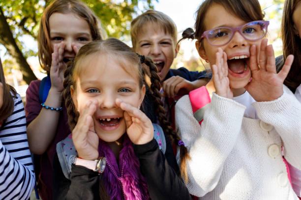 schülerinnen und schüler stimme - lautbildungsspiele stock-fotos und bilder