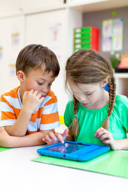 Schüler arbeiten mit Tablet-PC in der Schule im Klassenzimmer – Foto