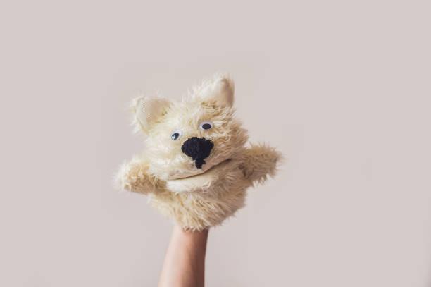 puppet showhund auf einem grauen hintergrund. platz für text oder repliken - kasperltheater stock-fotos und bilder