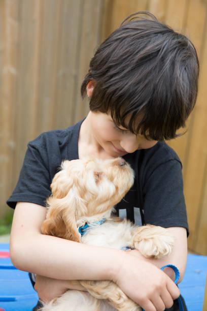 Welpe und kleiner Junge – Foto