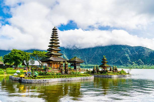 pura beji tunjung ulun de leeuw tempel, beratan water bali - bali stockfoto's en -beelden