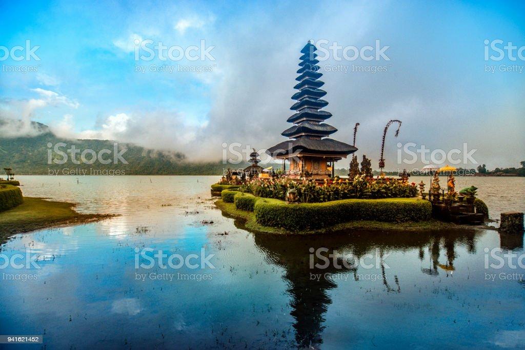 Pura Ulun Danu Beratan o templo flutuante em Bali, ao pôr do sol - Foto de stock de Arrebentação royalty-free