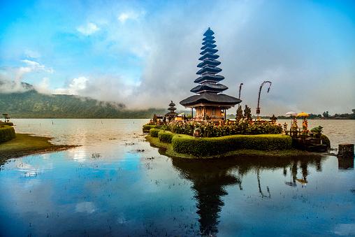 Foto de Pura Ulun Danu Beratan O Templo Flutuante Em Bali Ao Pôr Do Sol e mais fotos de stock de Arrebentação