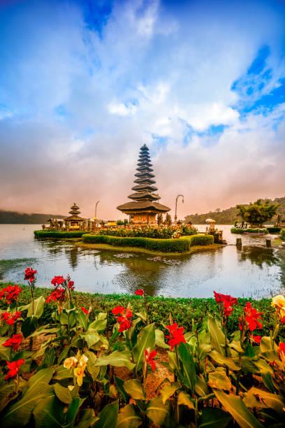 pura ulun danu beratan de drijvende tempel in bali bij zonsondergang - bali stockfoto's en -beelden