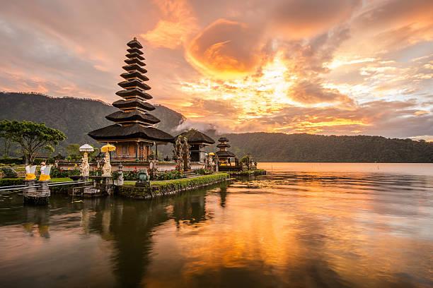 pura ulun danu bratan na bali, indonezja - kultura indonezyjska zdjęcia i obrazy z banku zdjęć