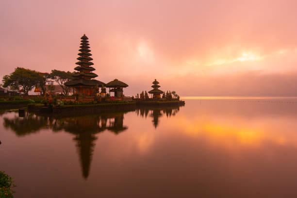 pura ulun danu bratan hindu temple at bratan lake in morning sunrise with reflection.famous place tourist attraction in bali, indonesia - kultura indonezyjska zdjęcia i obrazy z banku zdjęć