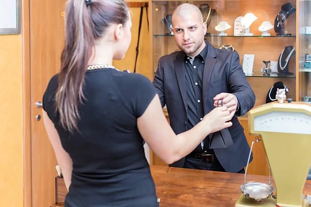 erwerben sie ein juweliergeschäft - diamanten kaufen stock-fotos und bilder