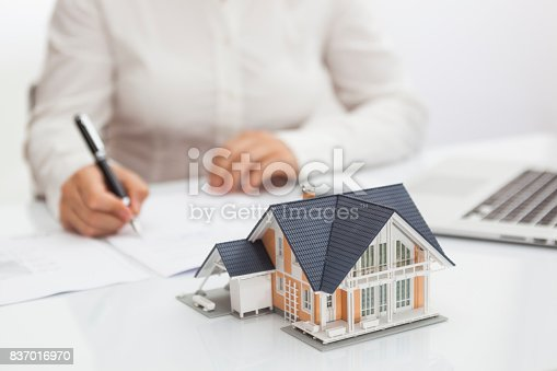 828544458istockphoto Purchase agreement for hours with model home 837016970