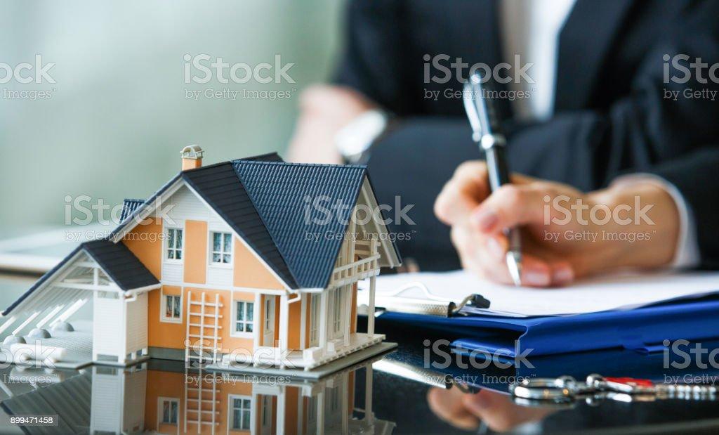 Acuerdo de compra de casa nueva foto de stock libre de derechos