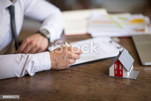 475902363istockphoto Purchase agreement for new house 998993070
