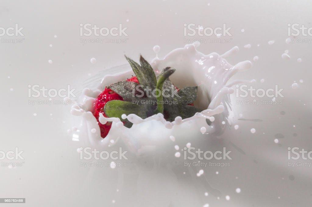 pure vallende aardbei in melk met splash - Royalty-free Aardbei Stockfoto