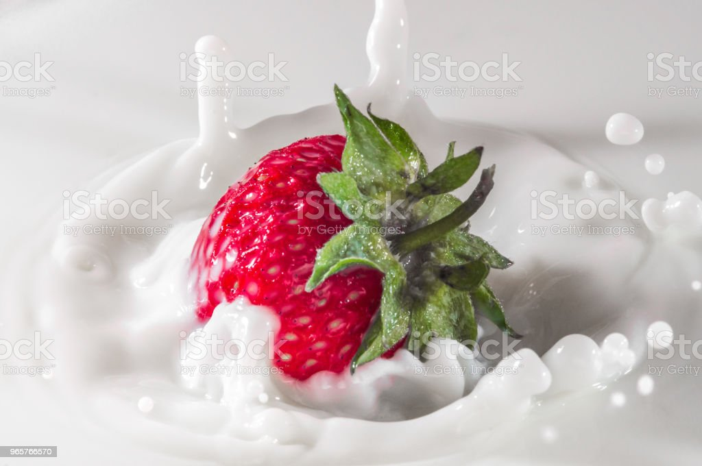 pure vallende aardbei in melk met splash - Royalty-free Aardbei Stockfoto
