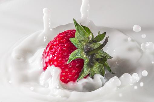 Pure Vallende Aardbei In Melk Met Splash Stockfoto en meer beelden van Aardbei