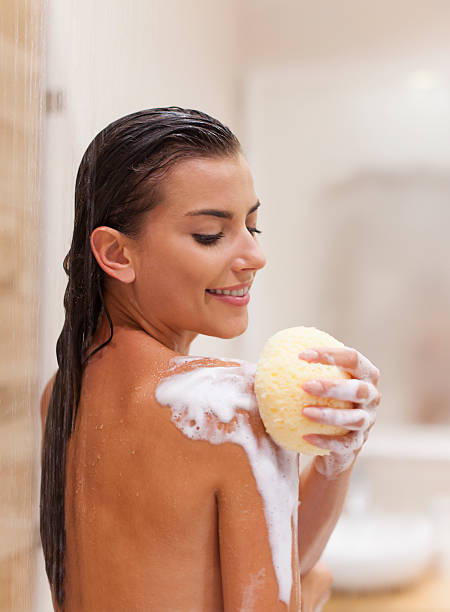 placentera de tomar una ducha - mujer en la ducha fotografías e imágenes de stock