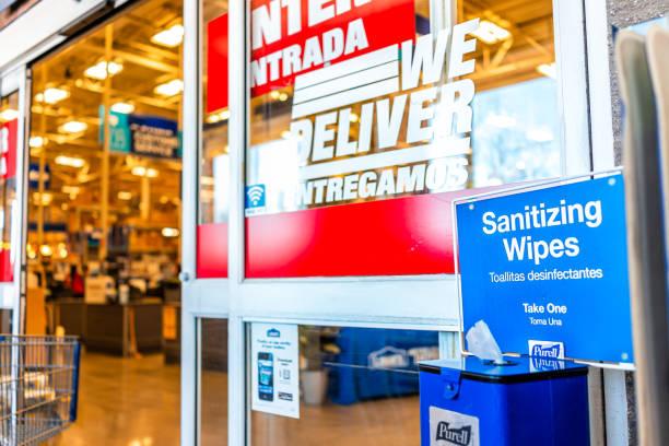 Purell higienizando toalha de sanitizador para clientes da loja lowe na entrada da porta da loja de varejo - foto de acervo