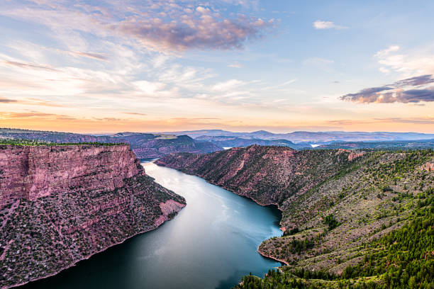 purple aerial above view from canyon rim trail overlook near campground in flaming gorge utah national park with green river at sunset twilight evening - barragem do roxo imagens e fotografias de stock