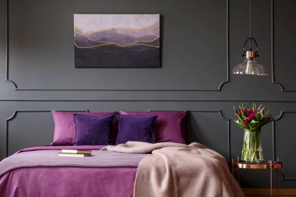 lila und grau schlafzimmer innenraum - pflaumen wände stock-fotos und bilder