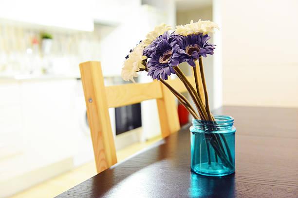 lila und weißen blumenstrauß gerbera in blauer vase - küche deko lila stock-fotos und bilder
