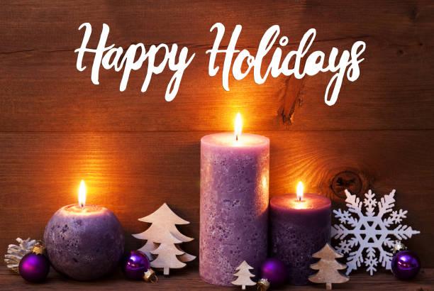 Lila Kerze, Weihnachtsdekoration, Text Happy Holidays – Foto