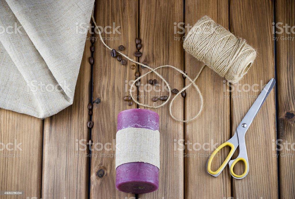 Purple Kerze dekoriert mit sackcloth und Kordel – Foto