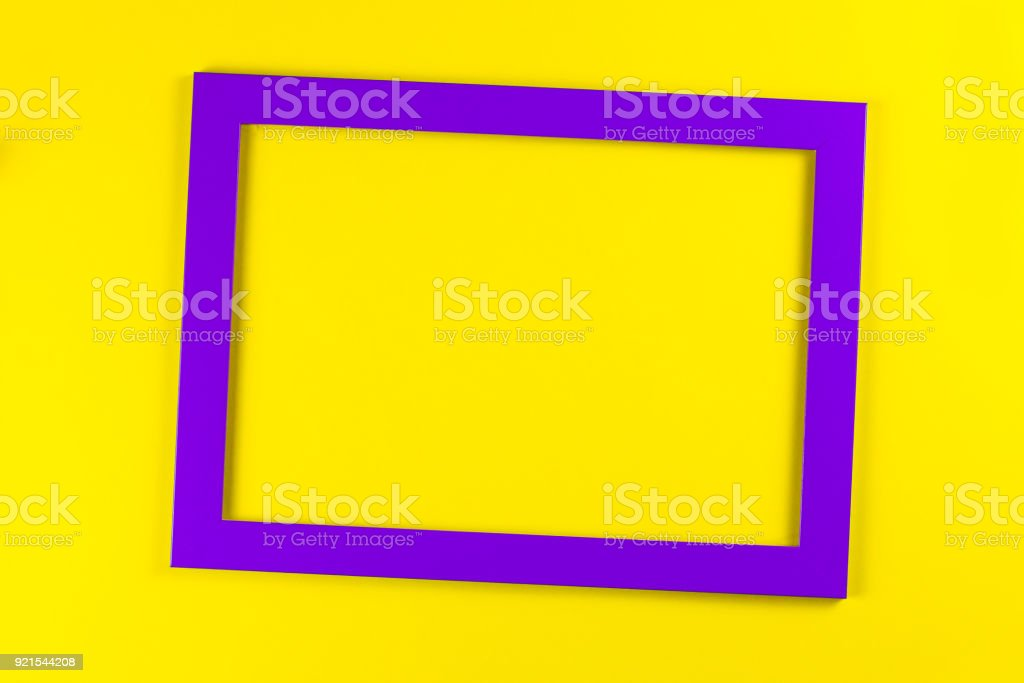 Marco De Color Púrpura Sobre Fondo Amarillo Brillante - Stock Foto e ...