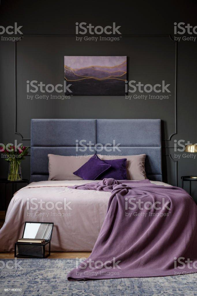 Lila Dunklen Schlafzimmer Innenraum Stock Fotografie Und Mehr Bilder