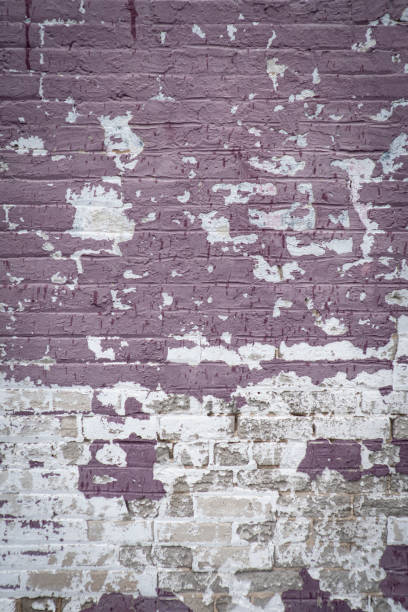 boya soyma mor soluk tuğla duvar stok fotoğrafı