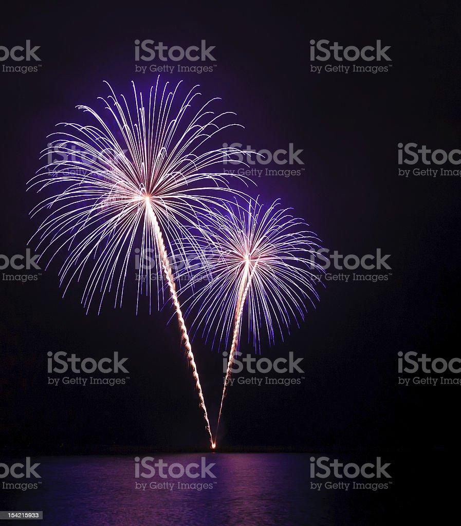 Lila Feuerwerk über dem Wasser Lizenzfreies stock-foto