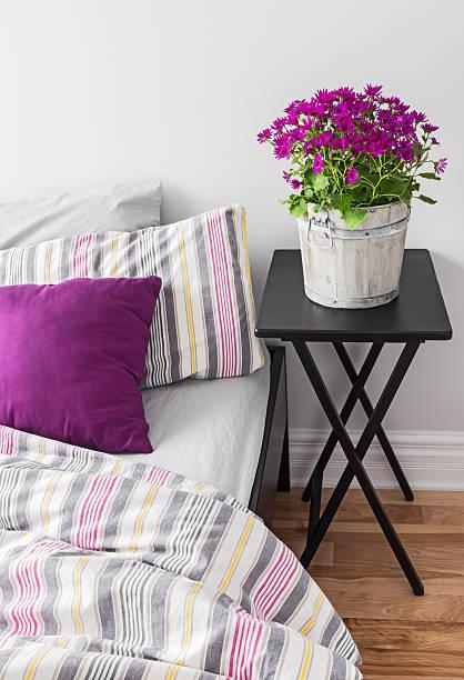 lila blumen in einem hellen schlafzimmer - lila, grün, schlafzimmer stock-fotos und bilder