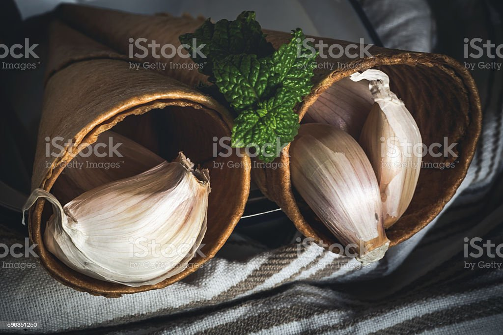 Purple garlics on a napkin on a wooden rustic table Lizenzfreies stock-foto