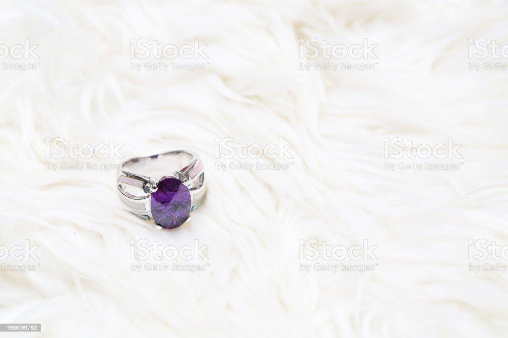 lila ädelsten på silverring - Royaltyfri Ametist Bildbanksbilder