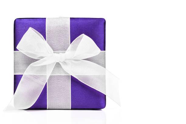 violet la boîte-cadeau - élément graphique photos et images de collection