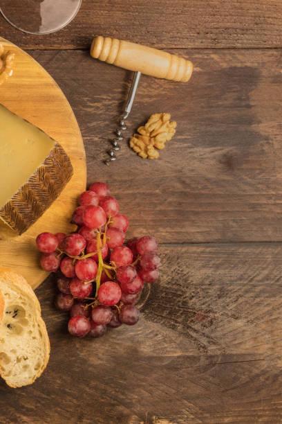 purple grapes, cheese, bread, corkscrew, and copyspace - dinge die zusammenpassen stock-fotos und bilder