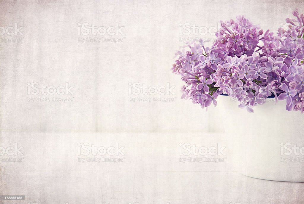 Flores Lilas Con Rosas Sobre Fondo: Fondo De Madera Rosa Con Flores Moradas