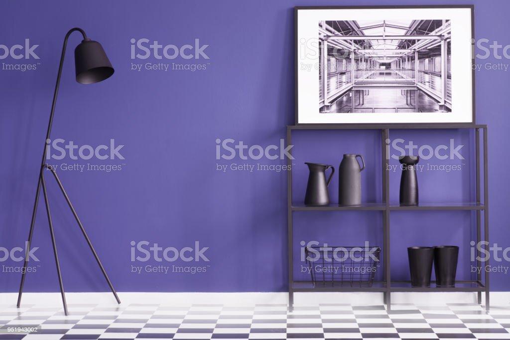 Salon Violet Avec Meubles Noirs Se Tenant Debout Sur Un Sol En