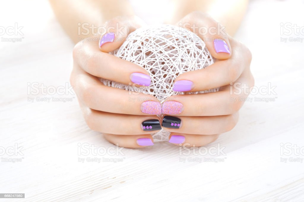 purple manicure with a white ball of yarn foto stock royalty-free