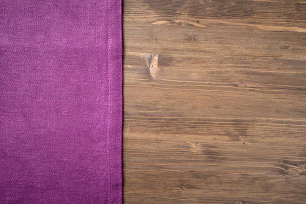 Cтоковое фото Фиолетовый napkin с левой стороны деревянном столе