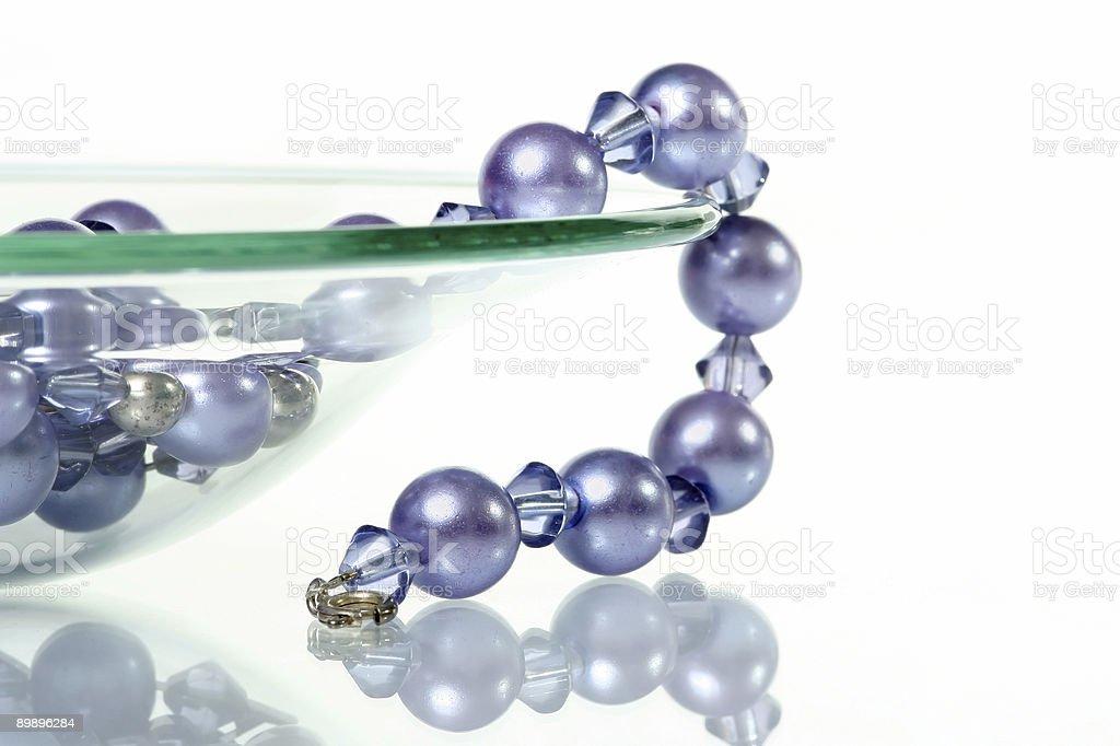 Колье Purple glass bowl свисающими с Стоковые фото Стоковая фотография