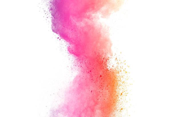 lila pulver-explosion. die teilchen der holzkohle splatter auf weißem hintergrund. nahaufnahme von farbigen staubpartikeln splash auf hintergrund isoliert. - lila waffe stock-fotos und bilder