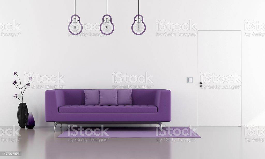 Viola divano in un stile minimalista bianco lounge - foto stock