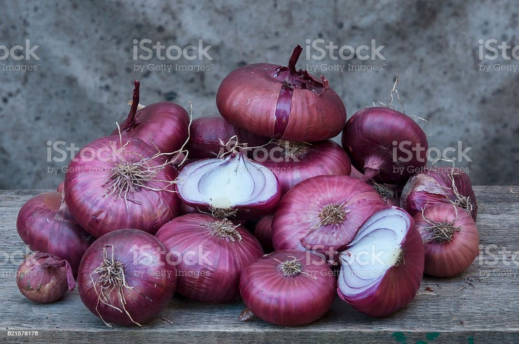 purple sweet onions at gray background photo libre de droits