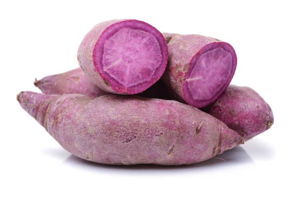 fioletowy słodki ziemniak na białym tle - słodki ziemniak zdjęcia i obrazy z banku zdjęć