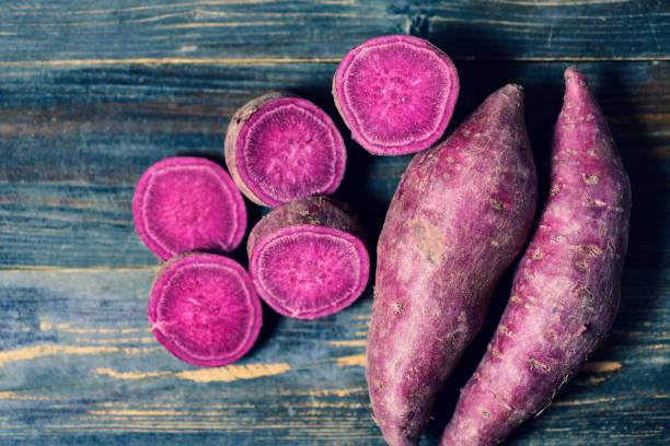 fioletowe słodkie ziemniaki - słodki ziemniak zdjęcia i obrazy z banku zdjęć