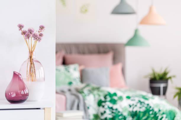 lila vasen mit blumen - lila, grün, schlafzimmer stock-fotos und bilder