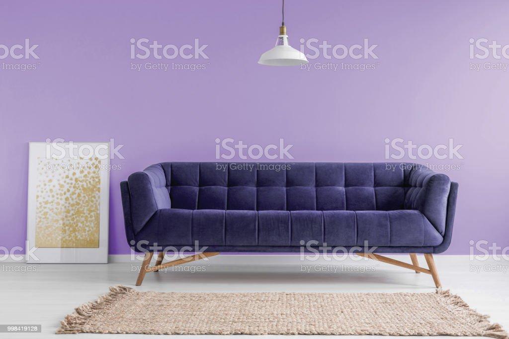 Purpur samt sofa und einen beigen teppich in einem pastell lavendel