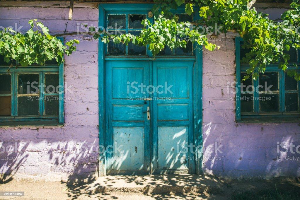 Mor duvar ve mavi kapı evin, Türkiye stok fotoğrafı