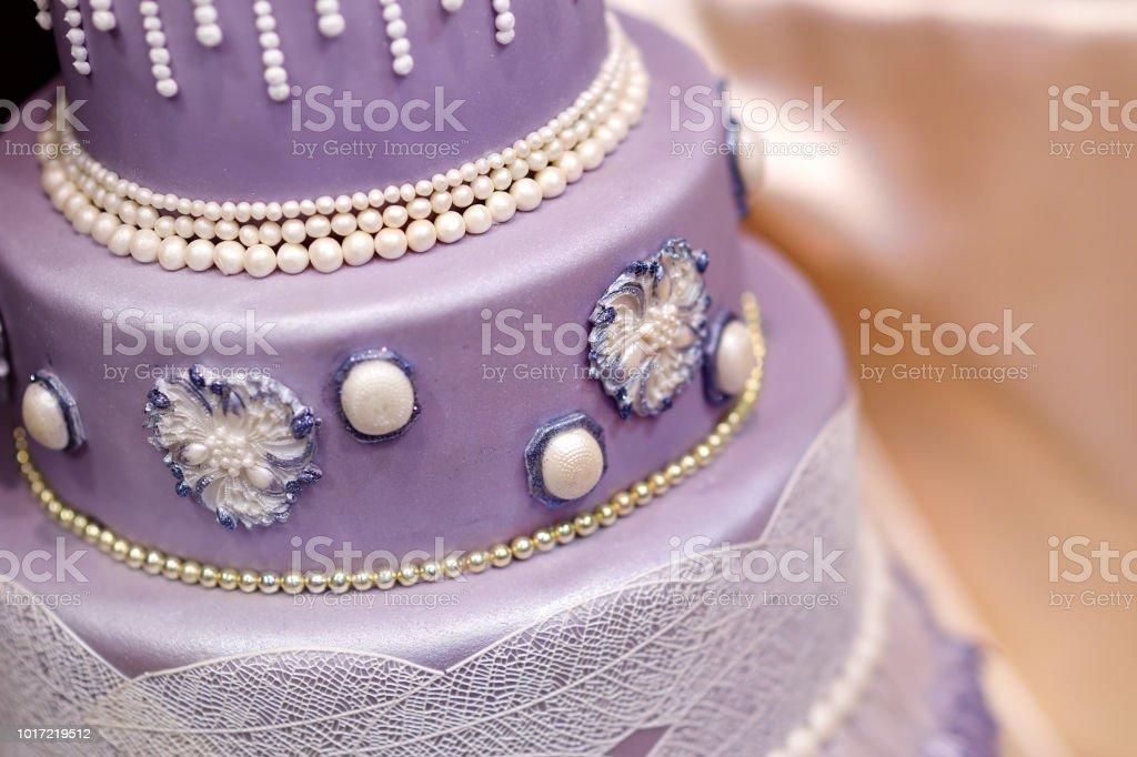 Lila Hochzeitstorte Dekoriert Mit Blumen Stock Fotografie Und Mehr