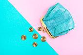硬貨の財布。幾何学的なピンクとターコイズ ブルーの背景に折革の財布トレンド色。